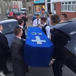 El falso funeral de Keiran Cable, broma facebook amigos funeral, funeral, ataud, follar
