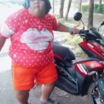 gordita bailando con su moto, acelera la moto y baila